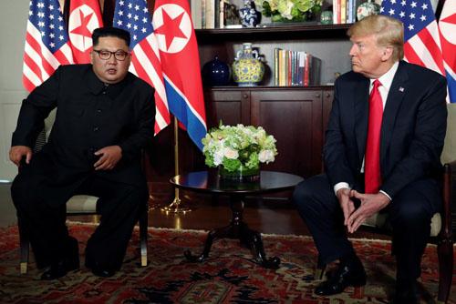 Tổng thống Mỹ Donald Trump (phải) và lãnh đạo Triều Tiên Kim Jong-un tại hội nghị thượng đỉnh ở Singapore hôm 12/6. Ảnh: Reuters.
