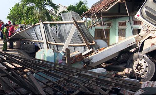 Xe container tông sập căn nhà người dân ở Phú Yên, khiến ba người bị thương