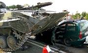 Thiết giáp Belarus mất lái, đè bẹp ôtô trên cao tốc