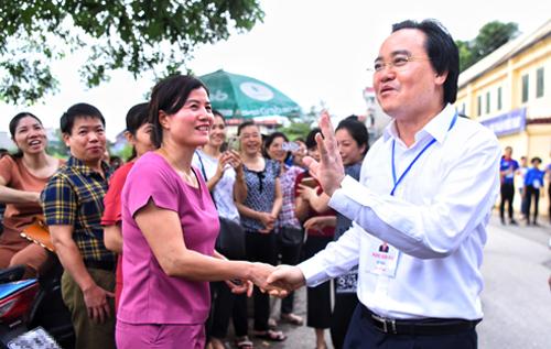 Bộ trưởng Giáo dục và Đào tạo Phùng Xuân Nhạ động viên phụ huynh của các thí sinh thi THPT quốc gia 2018 ở điểm thi THPT Yên Viên (Gia Lâm, Hà Nội). Ảnh: Giang Huy.