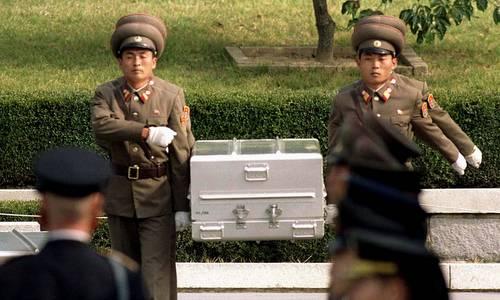 Một quan tài chứa hài cốt lính Mỹ được Triều Tiên trao trả hồi thập niên 1990. Ảnh: AFP.