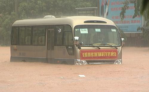 Xe chở thí sinh dự thi THPT quốc gia ở Hà Giang bị ngập hết cả bánh.