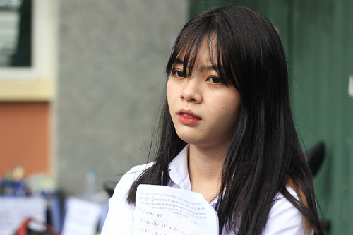Thí sinh Thu Trang thất vọng vì không làm tốt môn Toán. Ảnh: Dương Tâm