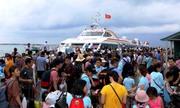 Gần 3.000 khách kẹt ở đảo Cô Tô được đưa về đất liền