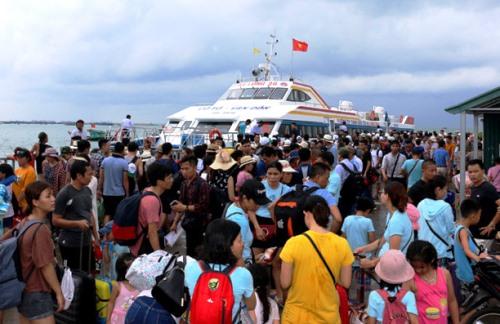 Hàng chục chuyến tàu được huy động đưa du khách từ đảo Cô Tô về đất liền. Ảnh: Hoàng Phương