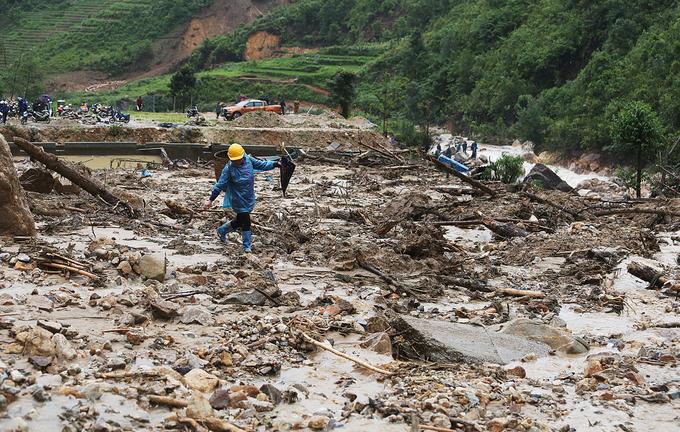 Núi đổ sập xuống trại cá tầm hàng chục tỷ đồng