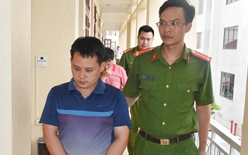Cảnh sát bắt giữ nghi can cầm đầu Hồ Đức Tuấn. Ảnh: Đ.H.