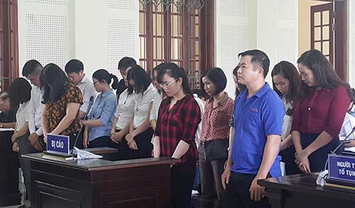 Các bị cáo nghe đại diện VKS công bố cáo trạng. Ảnh: Nguyễn Hải.