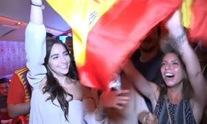 CĐV Tây Ban Nha thở phào khi đội nhà đi tiếp