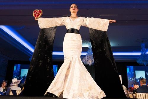 Người phụ nữ mặc bộ trang phục mang phong cách châu Á bước đi trên nền nhạc là quốc ca Triều Tiên. Ảnh: New York Times.