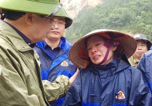 Phó thủ tướng Trịnh Đình Dũng thăm hỏi, động viên bà Vũ Thị Mai Phương sáng 26/6.Ảnh: Xuân Tuyến.