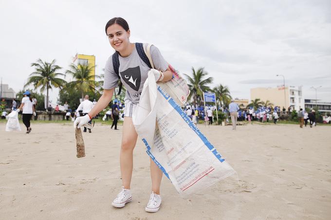 Các đại biểu quốc tế nhặt rác ở Đà Nẵng