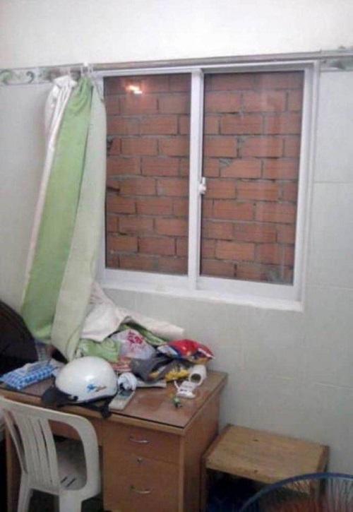 Khung cửa sổ không mở bao giờ.