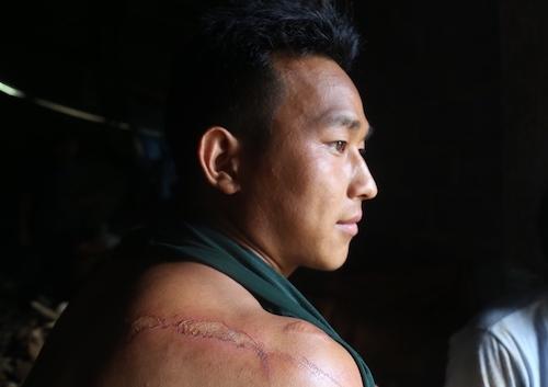 Anh Lò Chìn Sùng thảng thốt kể giây phút thoát chết khi cơn lũ ập đến. Ảnh: Gia Chính.