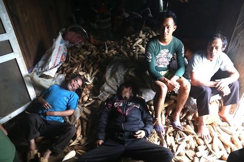 Người dân ở Tùng Nùn, xã Lũng Tám, huyện Quản Bạ (Hà Giang) chợp mắt sau khi lo lễ tang cho người thân bị lũ cuốn trôi. Ảnh: Gia Chính.