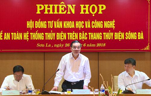 Bộ trưởng Chu Ngọc Anh, Chủ tịch Hội đồng phát biểu tại phiên họp. Ảnh: Bùi Hiếu.