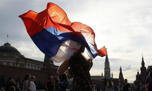 Cổ động viên Nga vẫy cờ sau khi kết thúc trận Nga -Uruguay. Ảnh: Reuters.