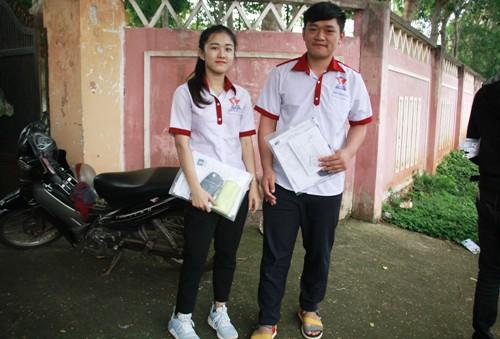 Hà Vi (trái) cùng bạn trước giờ thi. Ảnh: Trần Hưng.