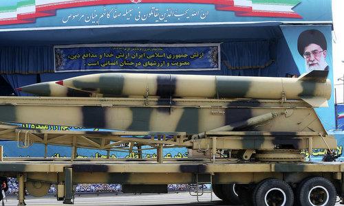 Tên lửa của Iran trong một cuộc duyệt binh năm 2015. Ảnh:AP.