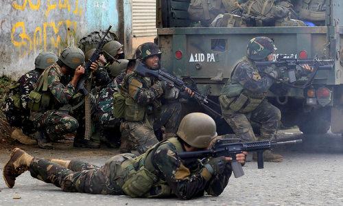 Binh sĩ Philippine trong một cuộc giao tranh với phiến quân hồi tháng 8/2017. Ảnh: Philstar.
