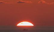 Quầng sáng xanh xuất hiện khi Mặt Trời lặn trên biển