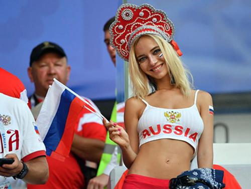 Natalya Nemchinova trên khán đài cổ vũ cho đội tuyển Ngaở sân vận động Samara hôm qua