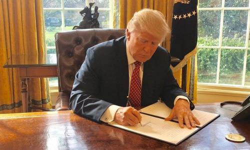 Tổng thống Trump ký lệnh cấm nhập cảnh hồi cuối năm ngoái. Ảnh: Reuters.