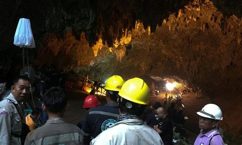 Lực lượng tìm kiếm Thái Lan tại hang động hôm nay. Ảnh: Reuters.
