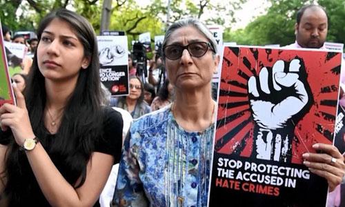 Phụ nữ Ấn Độ biểu tình phản đối sự việc bé gái 16 tuổi bị cưỡng hiếp và sát hại hồi tháng 5/2018. Ảnh: AFP.