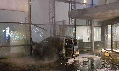 Chiếc xe tải bốc cháy sau khi đâm vào mặt tiền bằng kính của tòa nhà. Ảnh:De Telegraaf.