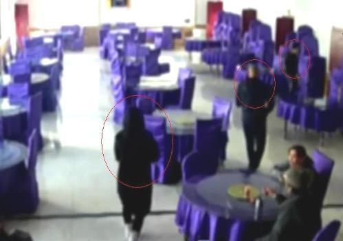 Ba người đi vào phòng ăn.