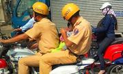 CSGT TP HCM đưa em bé bị ngất đi cấp cứu