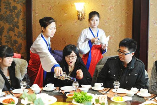 Các bồi bàn nữ Triều Tiên phục vụ tại một nhà hàng ở thành phố Trường Xuân, tỉnh Cát Lâm, Trung Quốc. Ảnh: Imagine China.