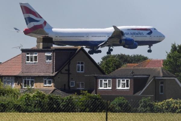 Một máy bay chuẩn bị đáp xuống sân bay Heathrow, gần London. Ảnh: AFP.