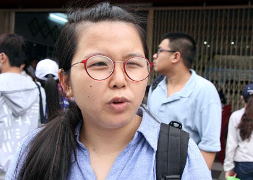 Nguyễn Thị Minh Thư chia sẻ sau giờ thi môn Toán tại điểm thi Colette. Ảnh: Mạnh Tùng.