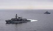Anh điều tàu chiến, trực thăng bám chiến hạm Nga