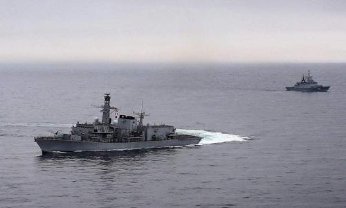 Tàu hộ vệHMS Montrose (trái)bám sát tàu chiến Nga hồi cuối tuần trước. Ảnh: Royal Navy.
