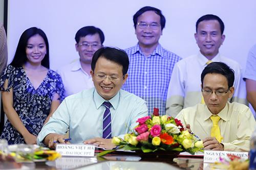 Đại diện Tập đoàn FPT ký kết hợp đồng với chủ doanh nghiệp hãng taxi tại Đà Nẵng. Ảnh: Nguyễn Đông.