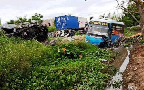 Sau cú đâm va với xe ô tô biển số 29 Hà Nội và xe đạp điện, làm 2 người chết, chiếc xe khách cùng xe con bay xuống mương nước vệ đường quốc lộ 39, đoạn qua Đông Hưng (Thái Bình), hư hỏng nặng. Ảnh: CTV