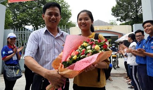 Thí sinh ở Đồng Nai được bố tặng hoa sau khi kết thúc ngày thi thứ hai. Ảnh: Phước Tuấn