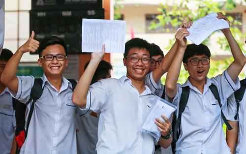 Thí sinh TP HCM phấn khởi sau môn thi tiếng Anh. Ảnh: Quỳnh Trần