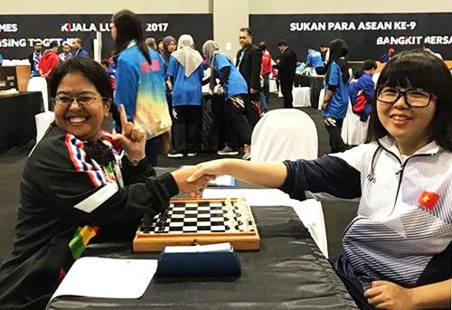 Minh Thư (phải) trong một giải cờ vua. Ảnh: Facebook nhân vật.