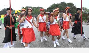 Trai Hà Nội 'mặc váy' rước nước trên sông Hồng
