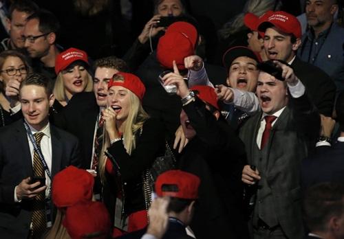 Weyeneth (ngoài cùng bên phải) ăn mừng cùng các tình nguyện viên khác khi kết quả bầu cử tổng thống Mỹ được công bố với chiến thắng thuộc về Donald Trump. Ảnh: Reuters.