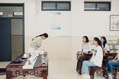 Để trở thành phụ nữ hoàn hảo ở Trung Quốc, cúi chào cũng cần đúng cách. Ảnh: Washington Post.