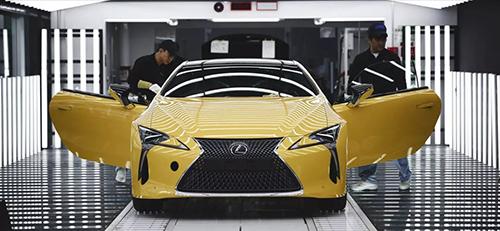 Kiểm tra chất lượngtại một nhà máy Lexus ởNhật. Ảnh: The Drive.