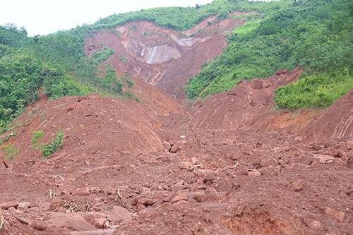 Thung lũng bị vùi lấp thành bãi đất trống. Ảnh: Phạm Dự.