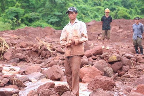 Anh Sanh bẩn kín người sau khi đào bới bùn đất tìm vợ con. Ảnh: Phạm Dự.