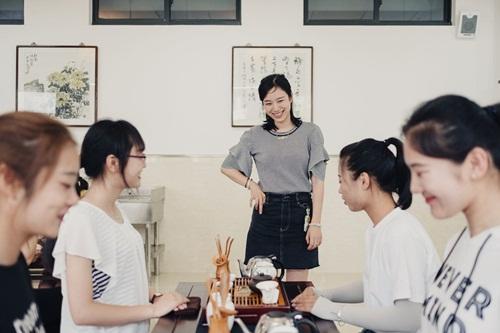 Sinh viên tập pha trà trong một khóa học dạy trở thành phụ nữ kỷ nguyên mới tại Đại học Trấn Giang. Ảnh: Washington Post.