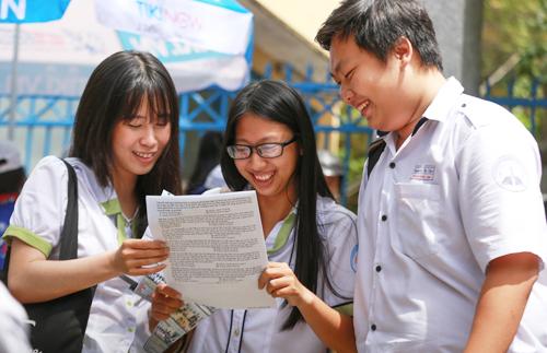 Thí sinh THPT trao đổi bài sau khi kết thúc môn thi Giáo dục công dân. Ảnh: Trần Quỳnh